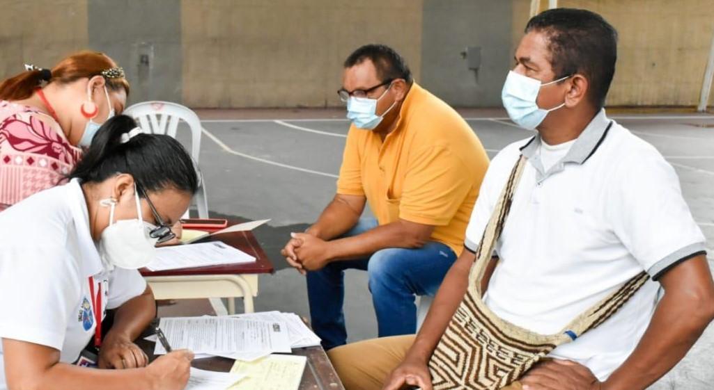 Docentes se vacunan en Arauca Capital.-